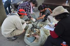 清理完沙灘後的廢棄物分類監測,是淨灘活動的一大重點。