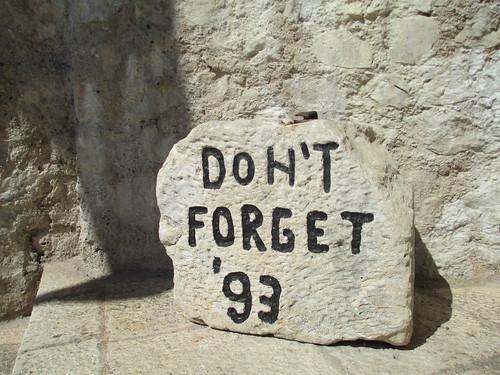 Pietra in memoria della distruzione del Ponte Vecchio di Mostar