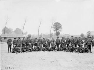 Machine Gun Section, 2nd Battalion of the Canadian Expeditionary Force, at Scottish Lines near Poperinhge... / Section des mitrailleuses, 2e bataillon du Corps expéditionnaire canadien, sur les lignes écossaises près de Poperinhge...