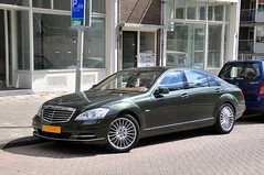 automobile(1.0), automotive exterior(1.0), executive car(1.0), wheel(1.0), vehicle(1.0), mercedes-benz w221(1.0), automotive design(1.0), mercedes-benz(1.0), mercedes-benz s-class(1.0), sedan(1.0), personal luxury car(1.0), land vehicle(1.0), luxury vehicle(1.0),