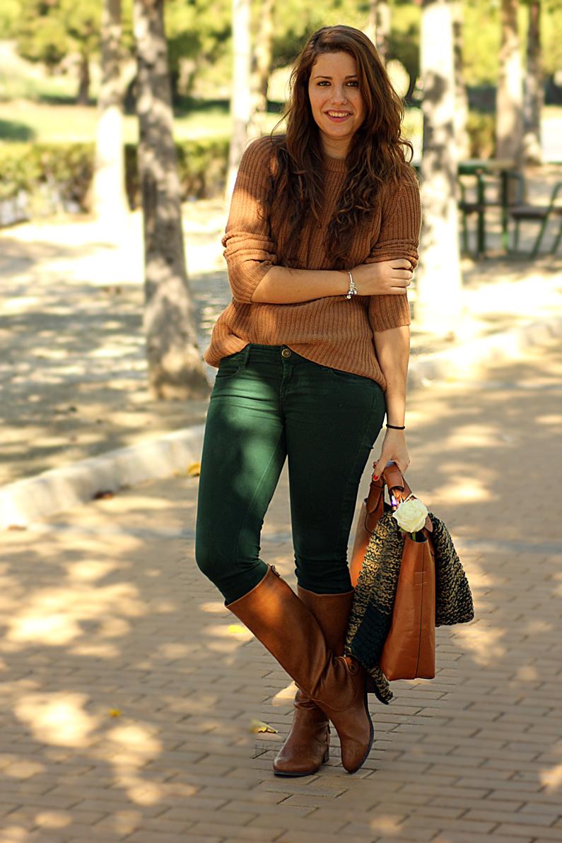 pantalones-verdes-con-jersey-marrón-heelsandroses-(5)