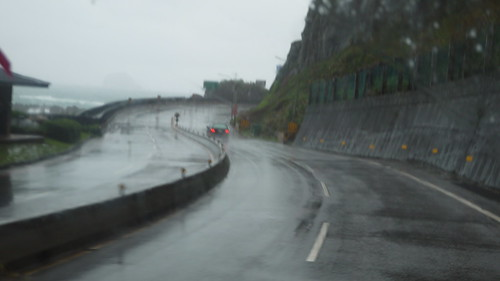 北海岸公路依山海闢建,路多蜿蜒狹窄,沿途橋樑多。核災時要疏散災民十分困難。