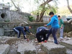 Παιδιά καθαρίζουν τις πηγές στη Βρύση, Ψίνθος