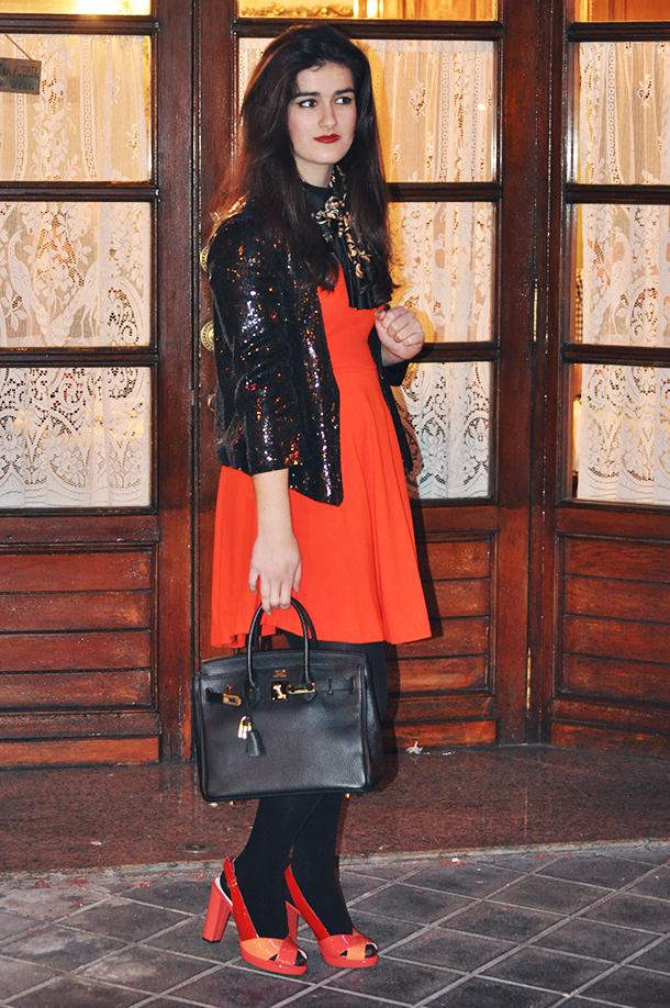 h&m chain scarf hermes inspired, somethingfashion valencia blog moda tendencias, GEOX colorblock shoes heels orange, orange zara dress, sequins jacket blazer