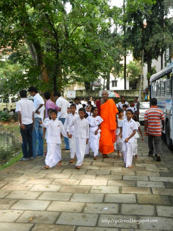 Буддийский монах и его воспитанники в Канди