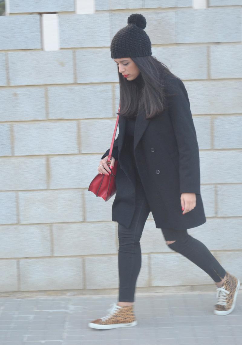 florencia blog total black look red boz bag print sneakers (4)