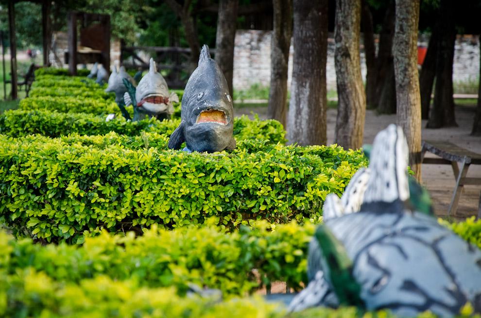 Artesanías de barro alusivas a las especies que predominan las aguas del Río Paraguay, rodean un parque recreativo frente a las Ruinas de Humaitá, en el departamento de Ñeembucú. (Elton Núñez)