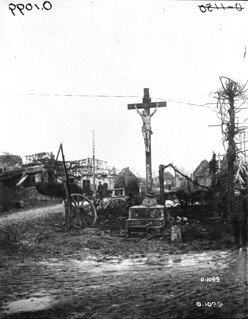 A crucifix that escaped destruction in the ruined town of Misery, France, March 1917 / Un crucifix a échappé à la destruction dans le village ravagé de Misery (France) en mars 1917