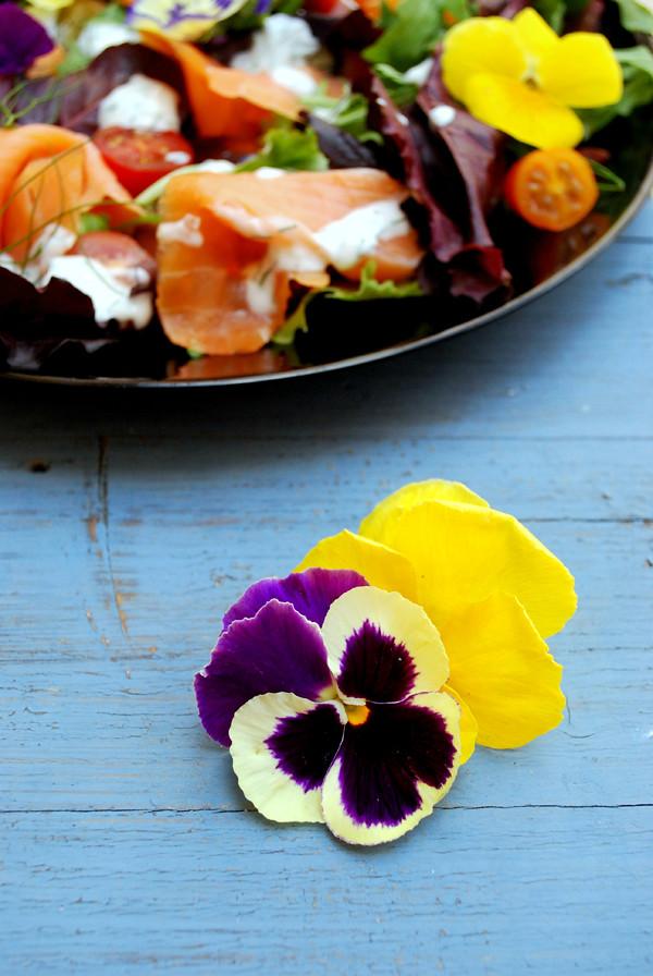 ensalada salmón ahumado flores 03 pensamientos web