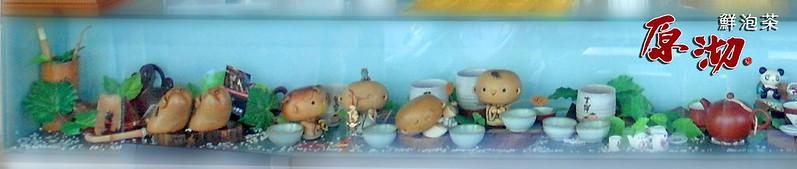 原沏鮮泡茶公館店在櫃台上,有很多飲茶的小沙彌,模樣相當可愛!