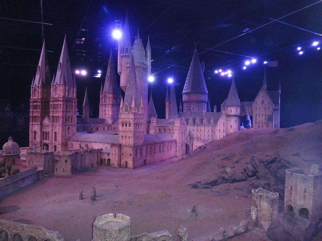 Poudlard mesure en réalité trois mètres de haut et est filmé sur fond vert pour reproduire les effets spéciaux sur grand écran.