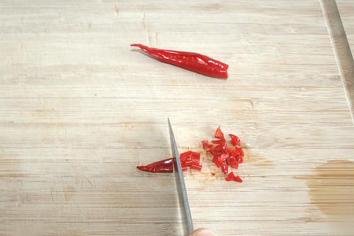 18 - Chili zerkleinern / Mince chilis