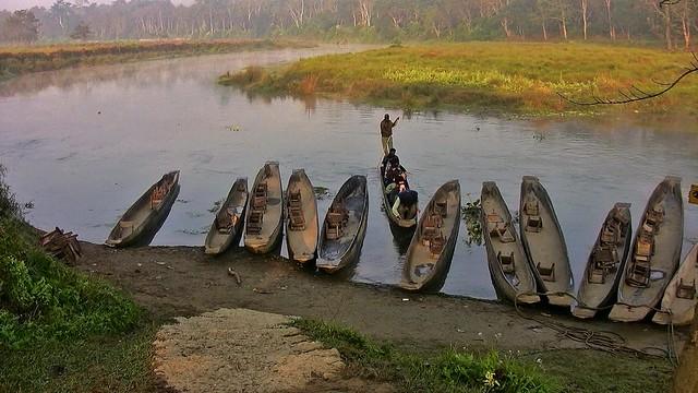 NEPAL, Chitwan-Nationalpark, morgendliche abenteuerliche  Bootsfahrt (auf dem Fluss Rapti) entlang dem Dschungel , (Serie), 15279