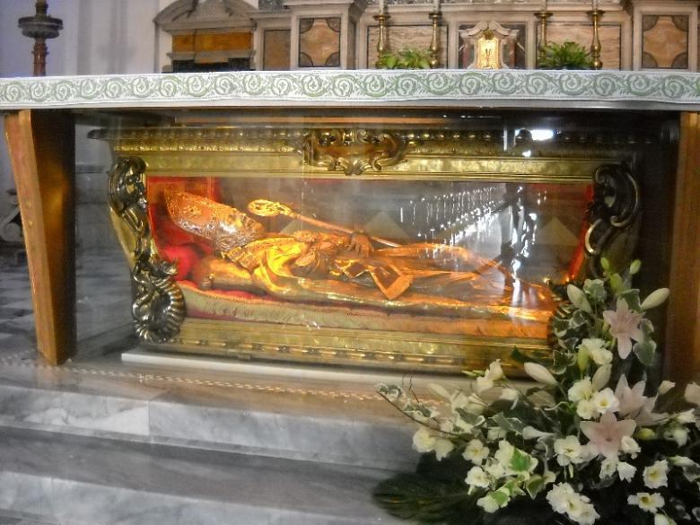 La Iglesia de Santa Maria in Cosmedín guarda algún que otro tesoro en su interior como la Reliquia de San Valentino. Boca de la verdad de Roma - 9490688283 c34c7547eb b - Boca de la verdad de Roma