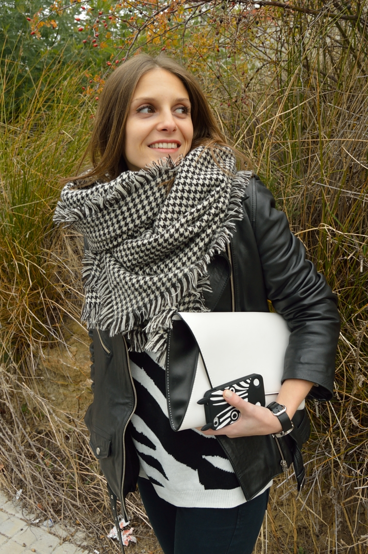 lara-vazquez-madlula-white-bag-black-outfit-perfecto-jacket-casual-look-streetstyle-fashion-blogger