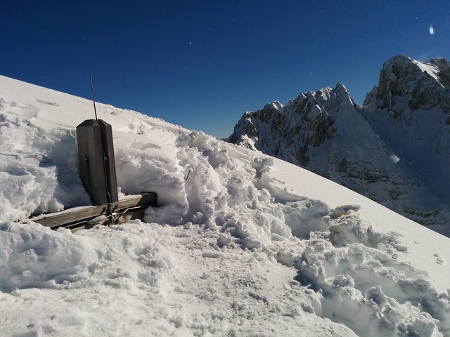 Gipfelkreuz Kleine Gaisl 2.859 m, fast vollständig im Schnee