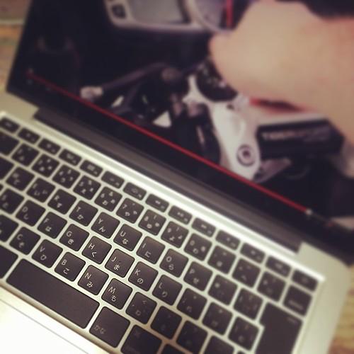 MacBook Pro Retina 13inch i7 16GB 1TBSSD という豪勢な一台になりました。しかし、これが持ち運べるというのがなによりすごいな(笑)