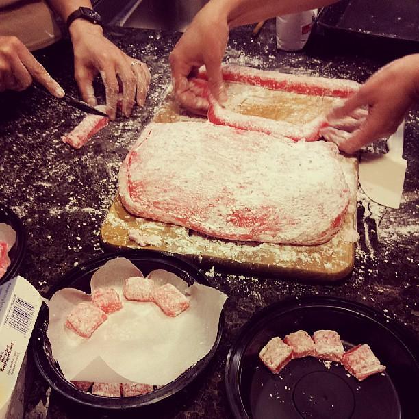 Cutting the mochi