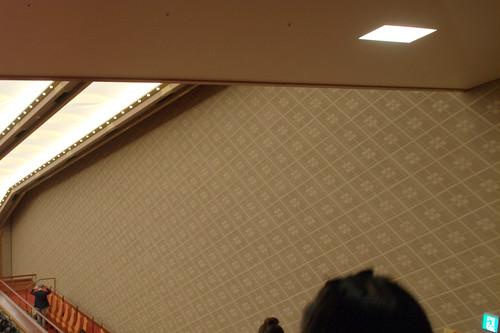 歌舞伎座の壁 : もうヒビが入ってらぁ。