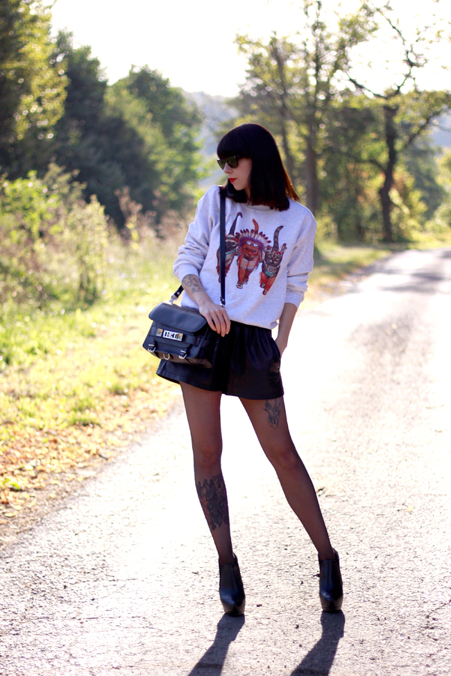 CATS & DOGS fashion blog Berlin sweatshirt cats leather shorts outfit look 8