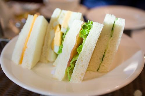 說起來底層的三文治是最先吃還是最後才享用?