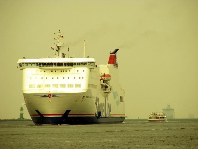 Fähre der StenaLine fährt Rostock an