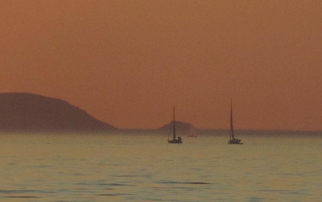 Tres veleros y dos islas