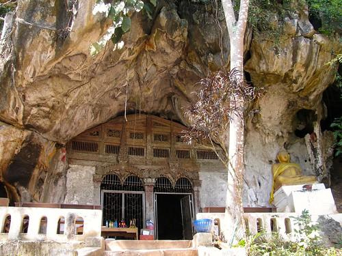 Acceso a caverna superior en cuevas de Pak Ou