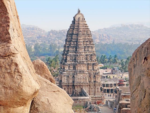 Vista del Gopuram del templo de Virupaksha. Hampi. India.