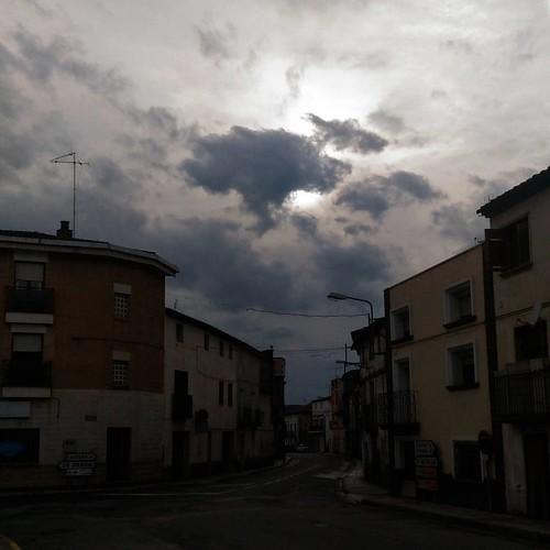 El #sol asoma tímidamente... pero nada #igersaragon #igerszgz la #primavera empieza #lluviosa y hoy nos roban una hora 🤔 #nubes #nube #clouds #cloud #cloudy #nuboso #cielo #sky #rain #rainy #myvillage