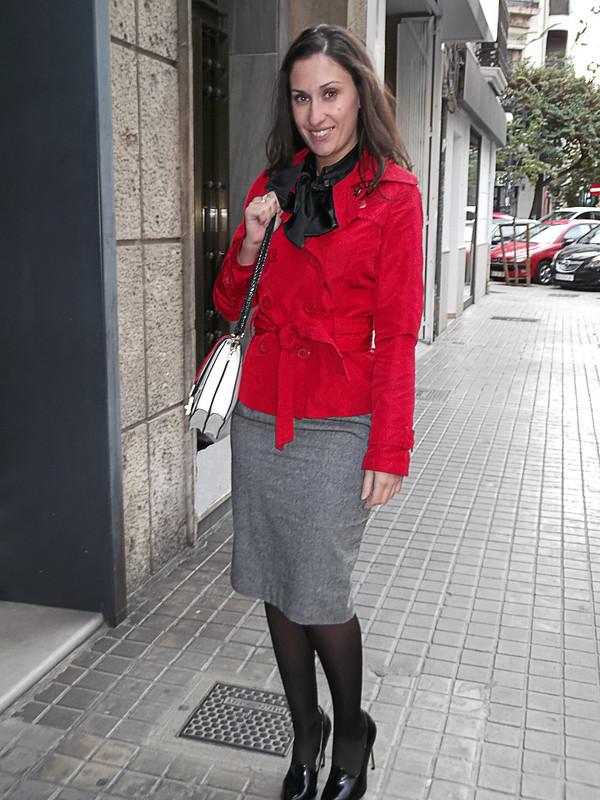 blusa y falda lápiz, negro, gris y rojo, lazada, blusa de raso negra, trench rojo, bolso blanco, rojo y negro, blouse and pencil skirt, black, grey and red, bow, black satin blouse, Red trench, Red trench, zara, calzedonia