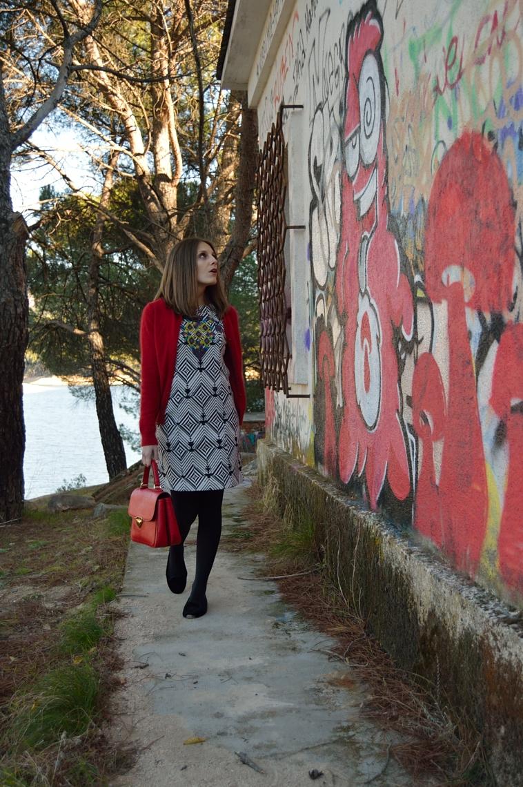 lara-vazquez-madlula-chic-vestido-geometrico-toque-rojo-colourful-style-streetstyle