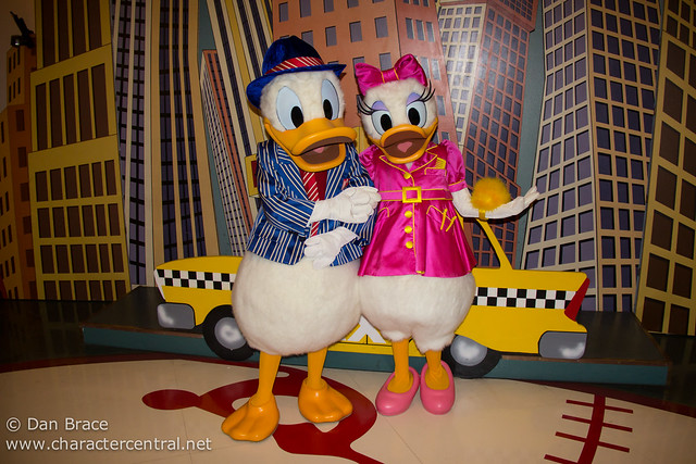 Meeting Donald and Daisy in special outfits for Valentine's Day
