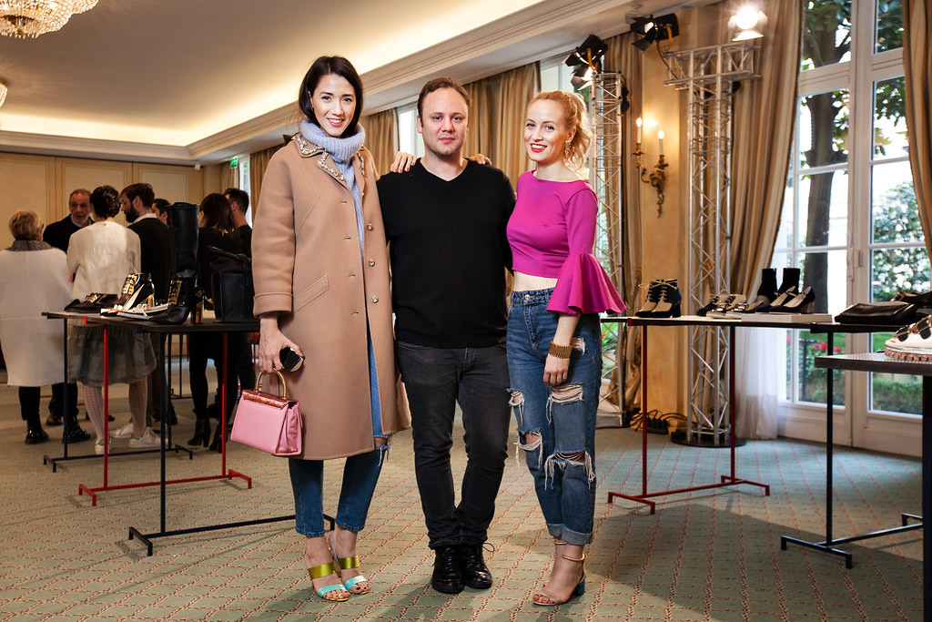 Alina Tanasa si Diana Enciu poarta pantofi de dama marca Pollini de Nicholas Kirkwood la saptamana de moda Paris fashion week 2014 in hotel Le Bristol