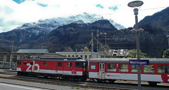Pociag zmienia kierunek jazdy na stacji Meiringen