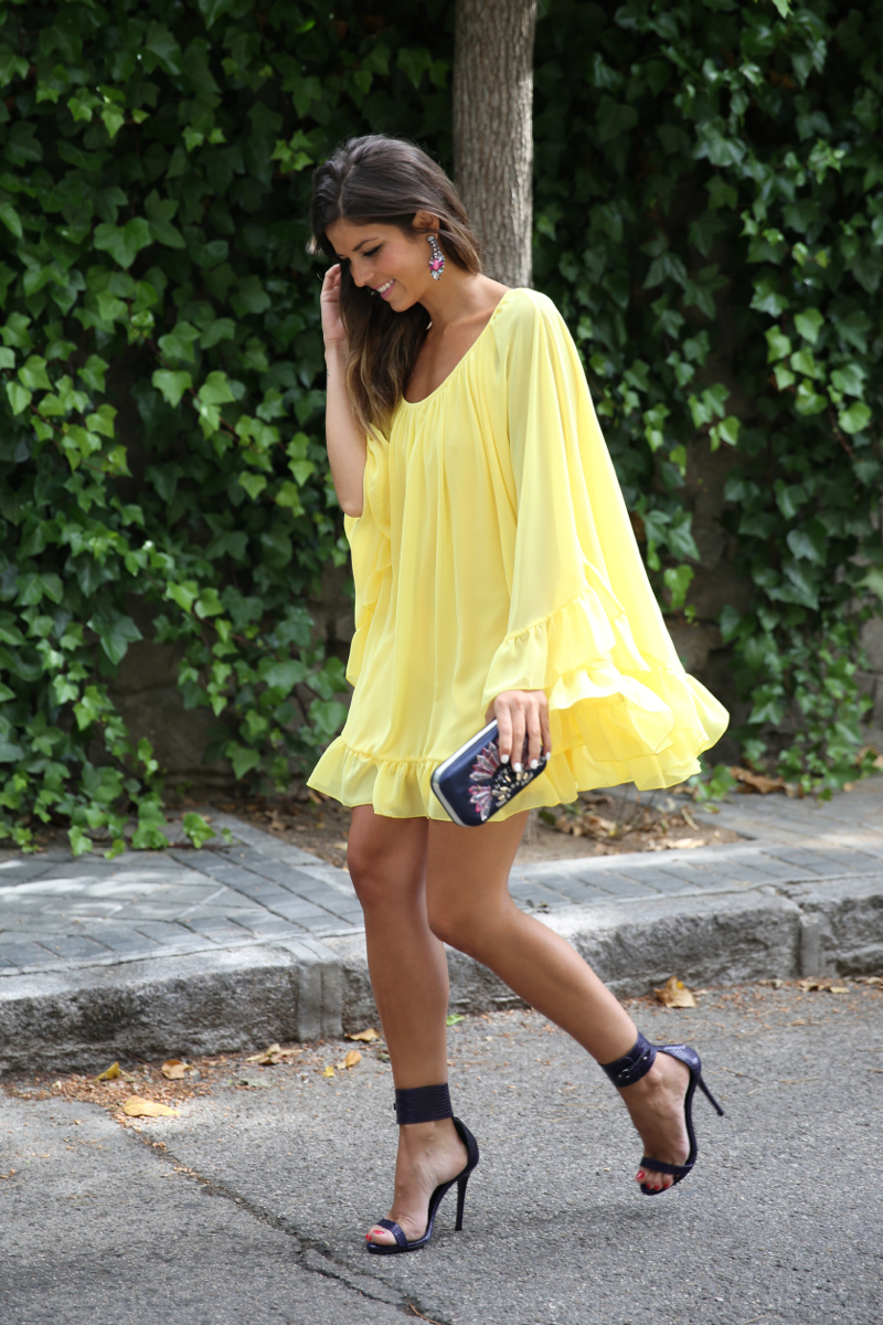 trendy_taste-look-outfit-street_style-ootd-blogger-blog-fashion_spain-moda_españa-yellow_dress-vestido_amarillo-boda-wedding-evento-clutch_pedreria-mas34-sandalias_azules-blue_sandals-6