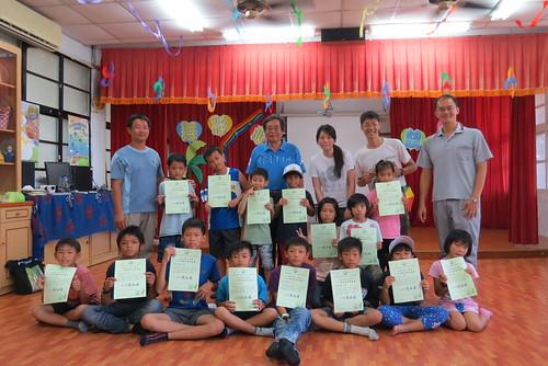 從花蓮水保局副分局長沈聰明(後左四)手中獲得證書,學童將是舞鶴水保戶外教室最年輕的解說員。攝影:謝宗璋。