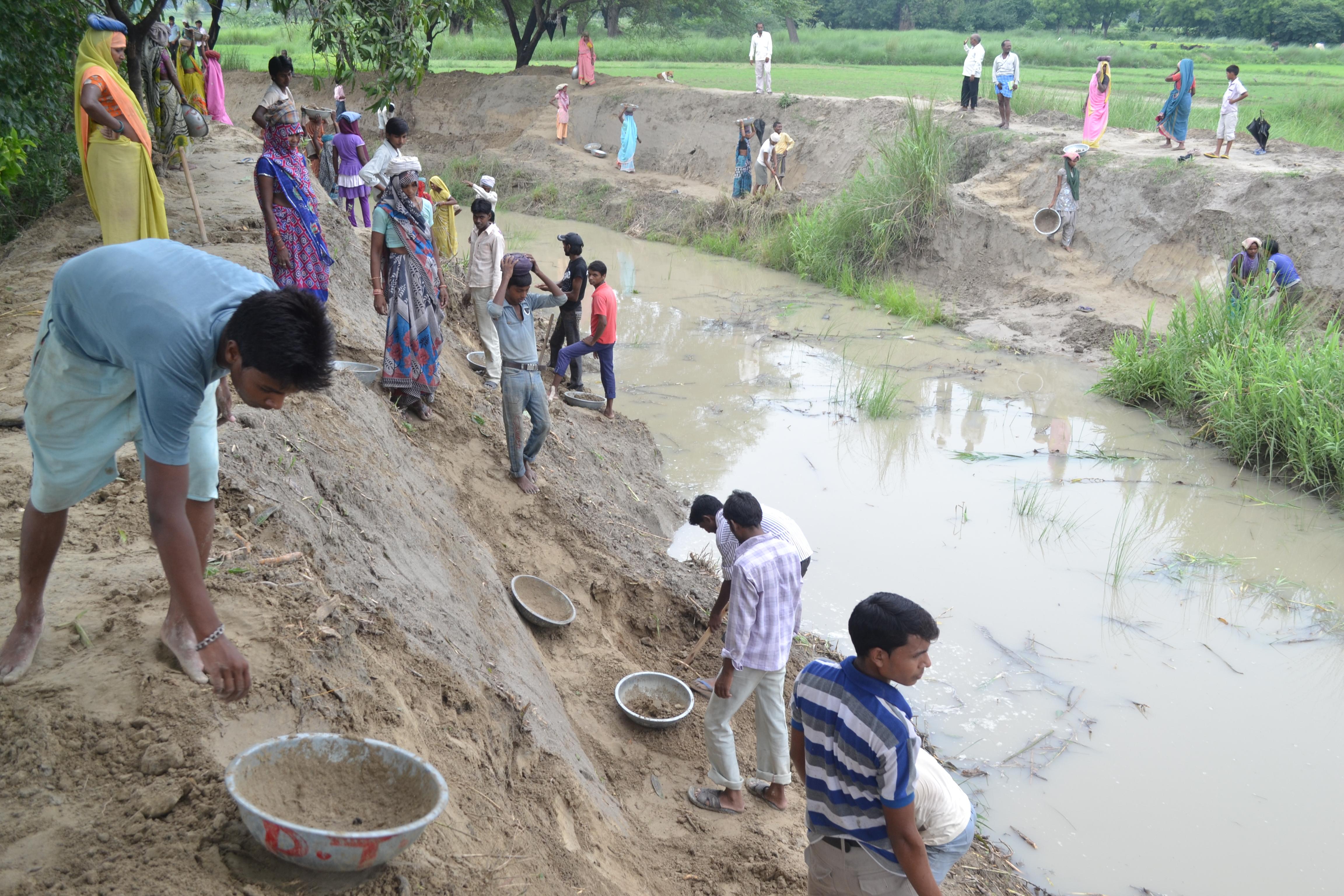 बकुलाही नदी को साफ करते मनरेगा मजदूर