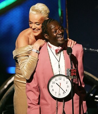 98704_brigitte-nielsen-and-flavor-flav-present-onstage-at-the-vh1-big-in-04-in-la-on-december-1-2004