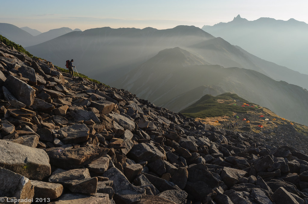 朝日浴びる稜線