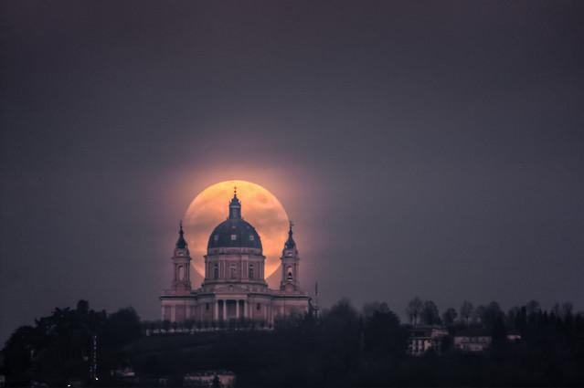 La luna dietro Superga