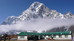 Cholatse ściana północna  i hotel   Dzonglha Lodge