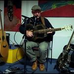 Tom Posur mit einer seiner Blechgitarren