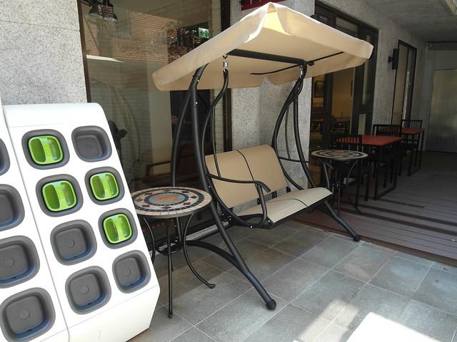 gogoro 電池交換站旁邊是搖椅,小孩們超愛@Waffle Please比利時列日鬆餅大安店