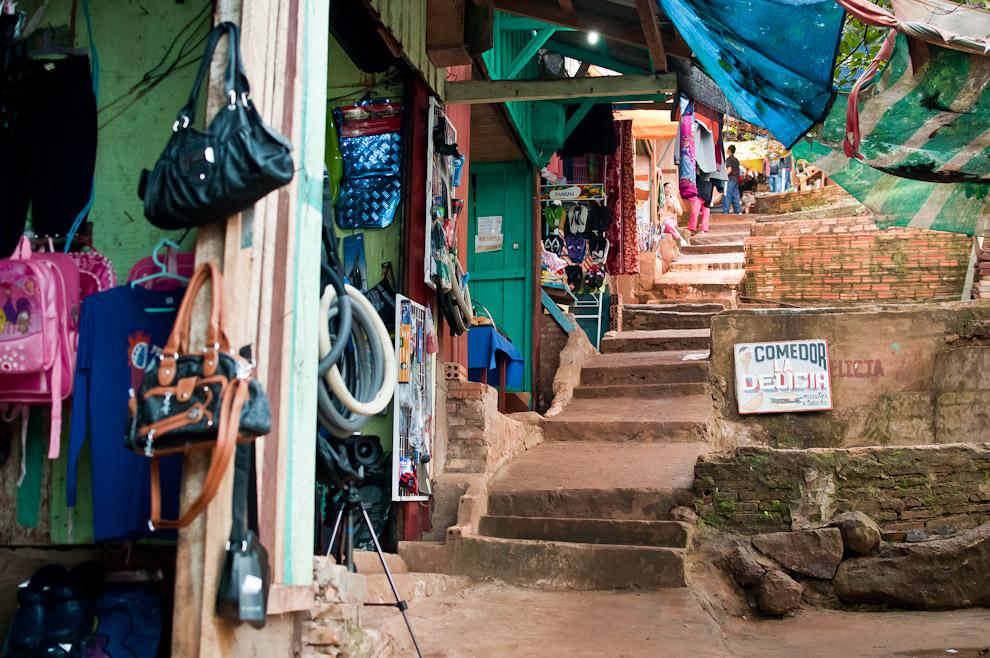 Puntos de ventas de diferentes artículos de primera necesidad son vistos a lo largo de la escalinata por el que se transita para llegar hasta el río. (Elton Núñez)