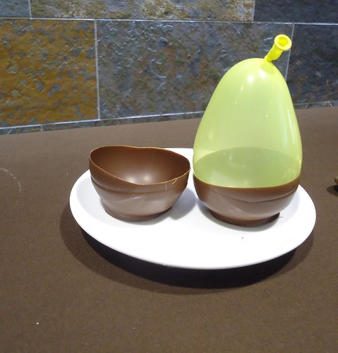making chocolate bowl using balloon