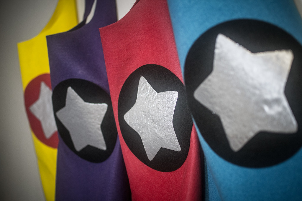 superhero cape tutorial - diy no-sew felt toddler capes cardiclips.com