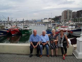Con sus íntimos amigos, Carmen, Antonio y la hija de estos, Mari Carmen.