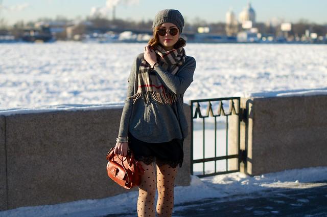 LIP_lifeinpolkadotcom_lifeinpolka_aksinia_aksinias_photoshoot_polka_dot_streetstyle_sun_and_snow_4