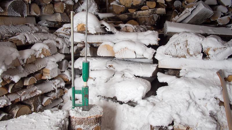 Schnee in der Holzhütte